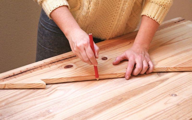 Marca las dos partes del árbol de Navidad de madera