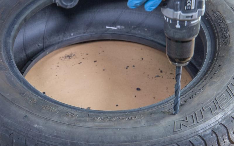 Haz el agujero en el neumático del baúl con neumáticos
