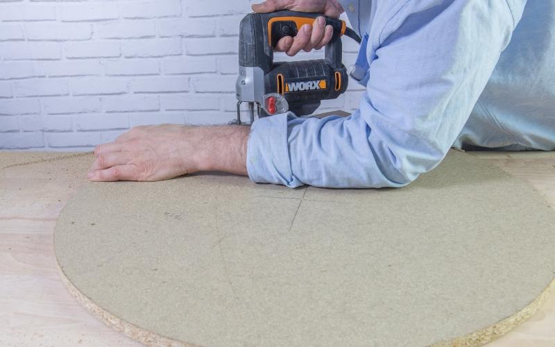 Corta la madera del baúl con neumáticos
