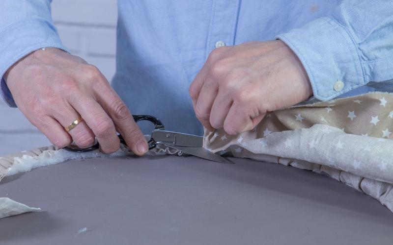 Corta la tela sobrante del baúl con neumáticos