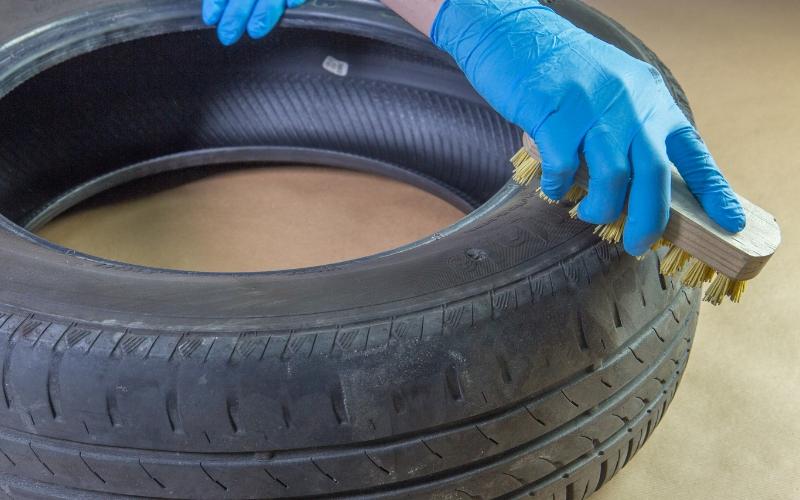 Aplica imprimación en el baúl con neumáticos