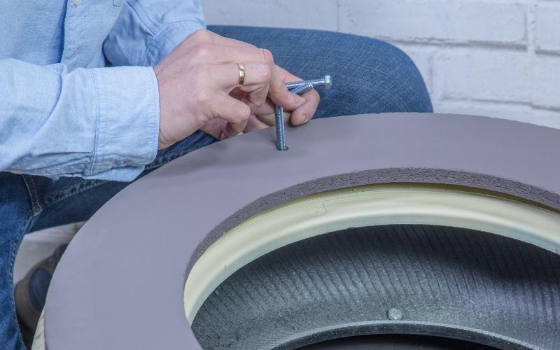 Une el aro de la tapa del baúl con neumáticos