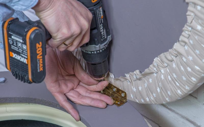 Une la bisagra del baúl con neumáticos