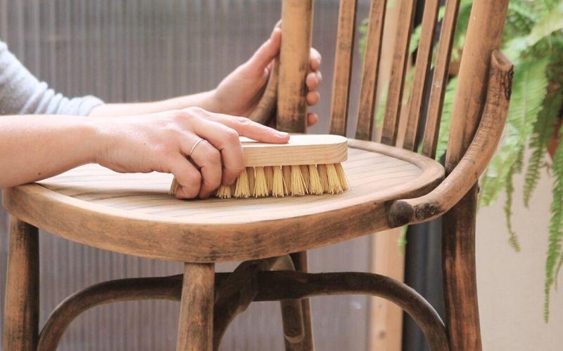 Blanquea la silla después de eliminar la carcoma