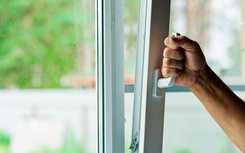 Aísla ventanas y puertas para evitar que escape el calor