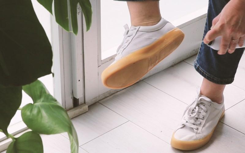 Aplica el spray sobre la suela de los zapatos