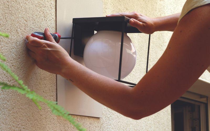 Atornilla el nuevo aplique de pared exterior