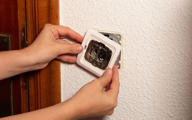 Coloca el embellecedor del interruptor nuevo