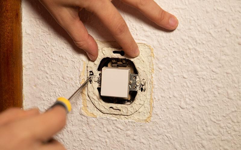 Desatornilla el marco de conexión del interruptor