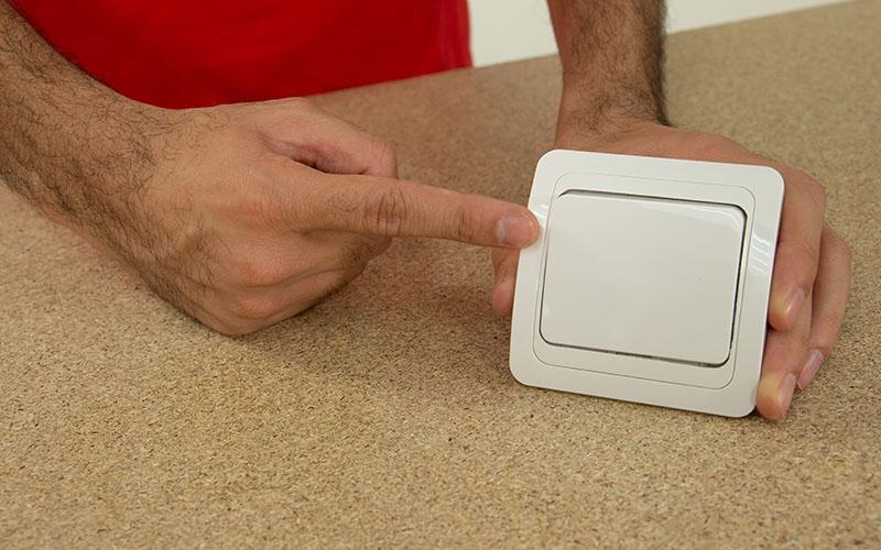 Herramientas y materiales para cambiar un interruptor