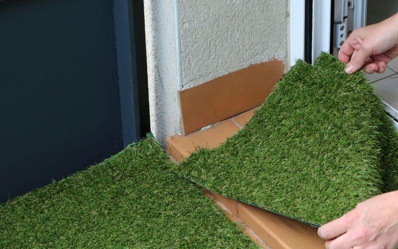 Coloca bien el césped artificial en todos los niveles del suelo