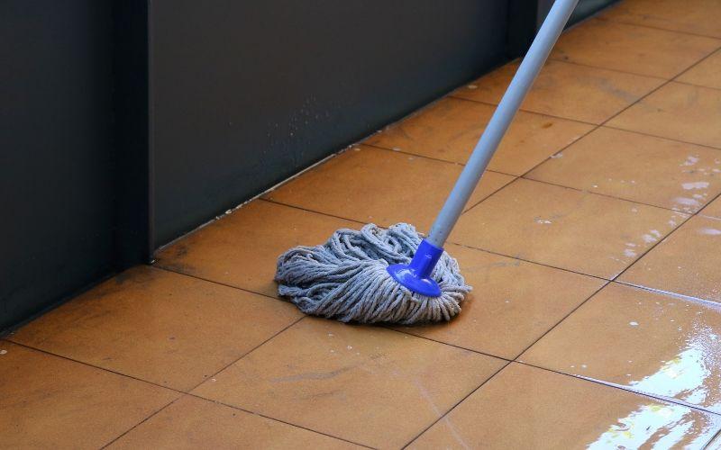 Frota bien el suelo cuando lo limpies