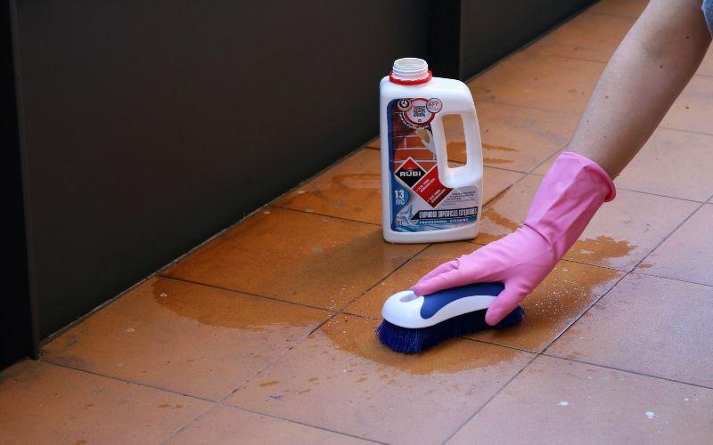 Limpia bien la zona donde vas a instalar el césped