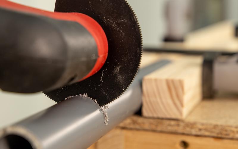 Corta con una hoja de sierra especial parar tubos PVC
