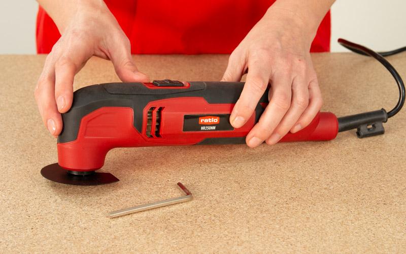 Utiliza la multiherramienta con una sierra especial para cortar tubos