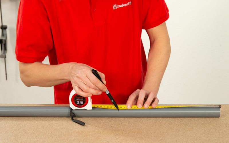 Mide los tubos de PVC para cortarlos