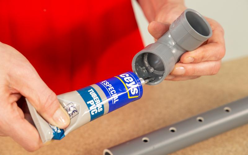 Pega los tubos con pegamento especial
