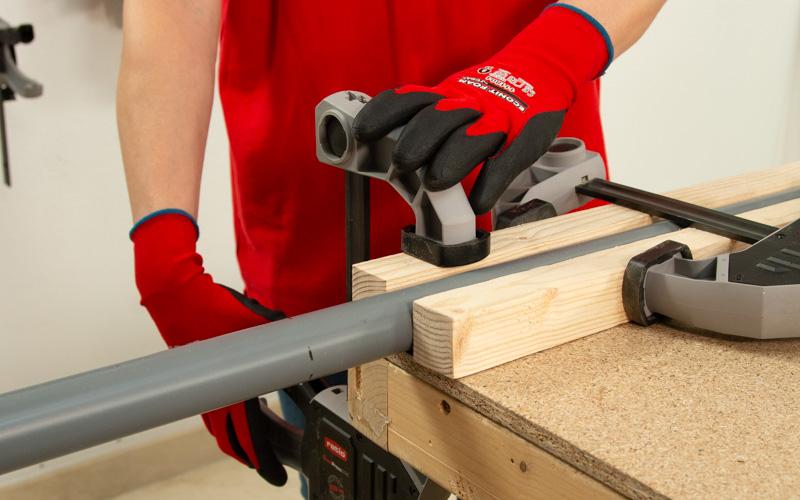Sargenta los tubos de PVC a la mesa de trabajo