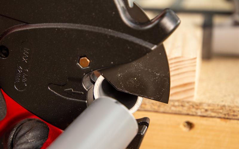Cómo cortar tubos de PVC con un corta tubos