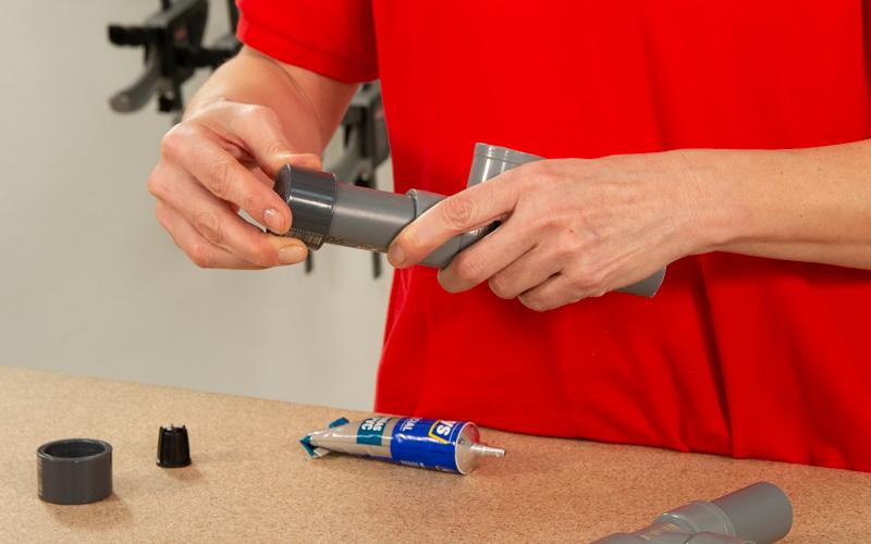 Une los tubos de PVC mediante uniones especiales