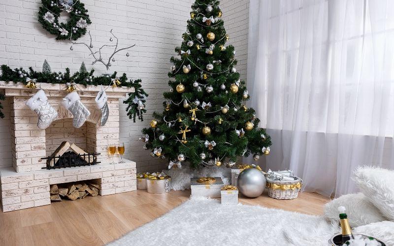 Chimenea decorada con motivos navideños dorados