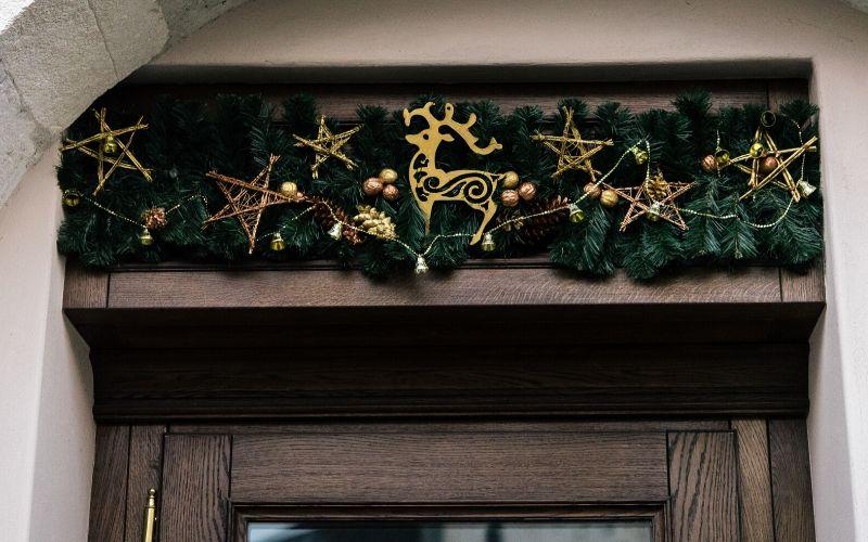 Diferentes tipos de decoración en la puerta de entrada