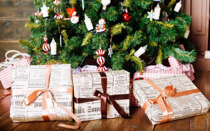 Reutiliza papel de periódico para envolver regalos