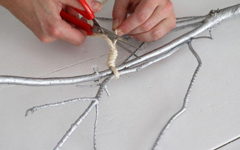 Coloca la cuerda en el centro de mesa navideño