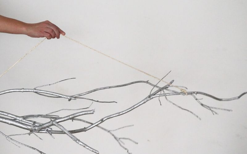 Cuelga con cuerda el centro de mesa en el techo