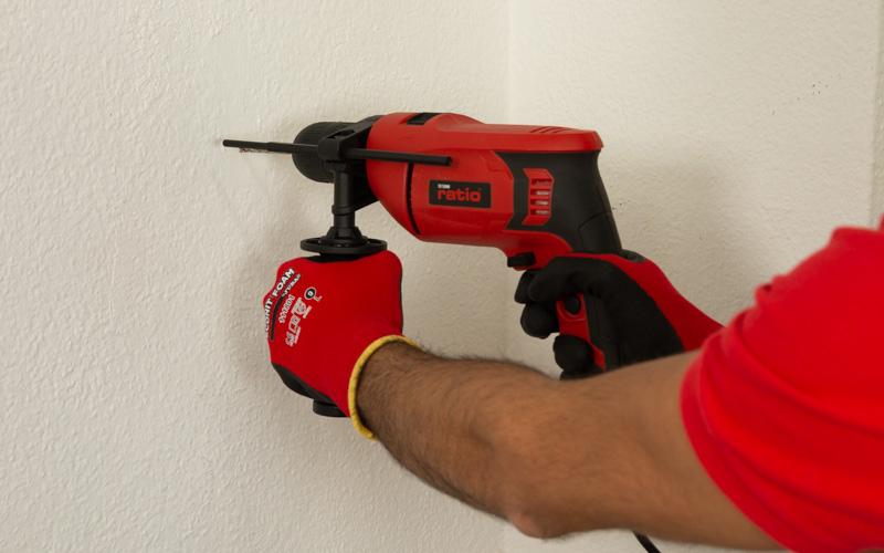 Taladrando la pared con el taladro a cable