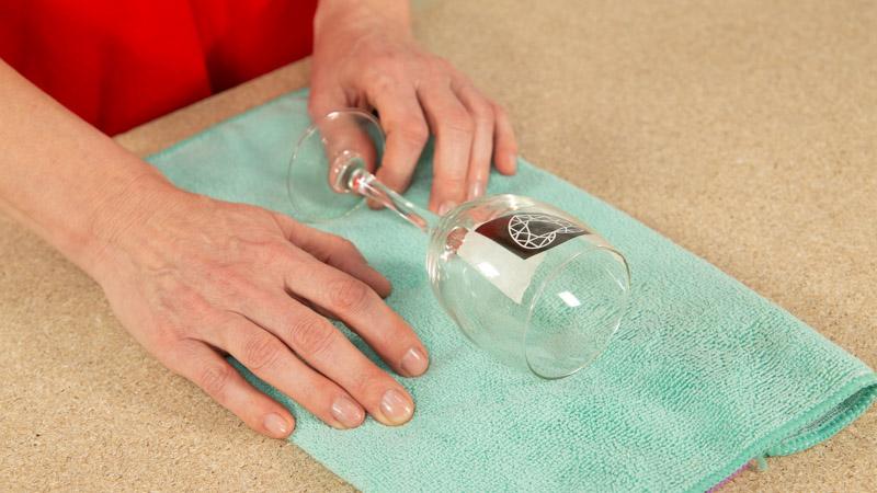 Coloca la copa sobre una superficie blanda