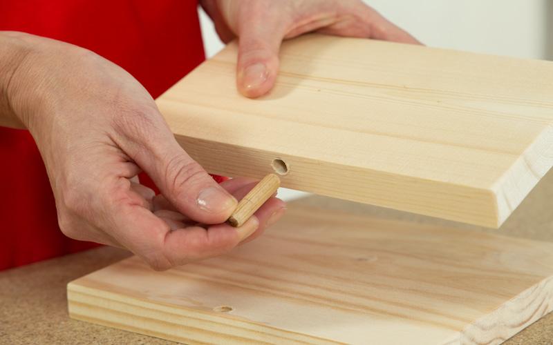 Coloca los tacos de madera en los agujeros