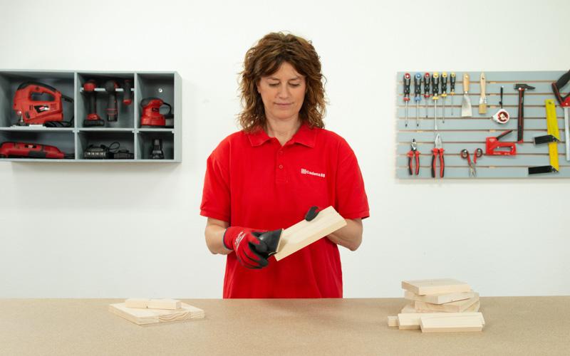 Lija las piezas de madera que acabas de cortar