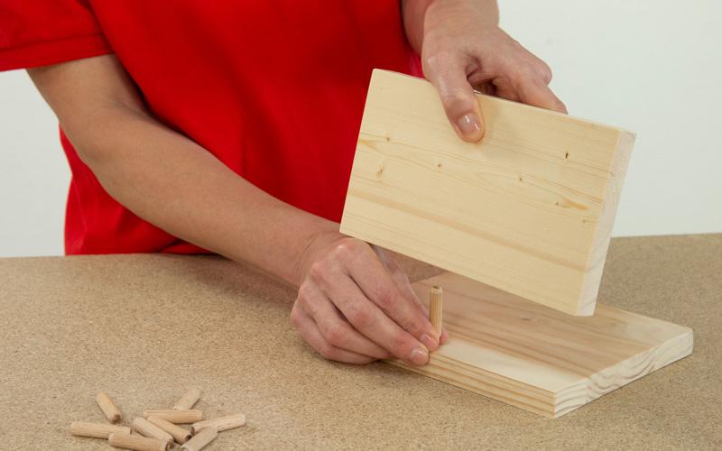 Une las piezas de madera
