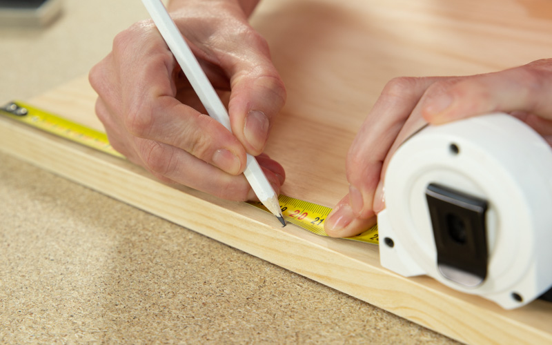 Utiliza el flexómetro para medir el listón