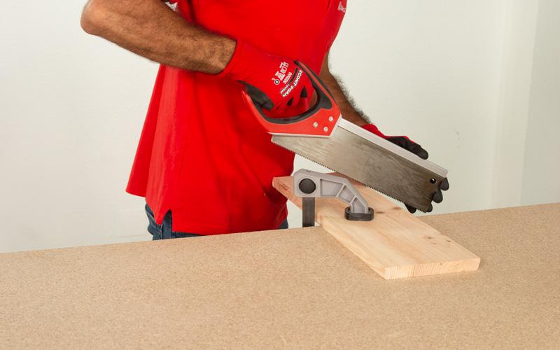 Corta la madera que hará de base del soporte