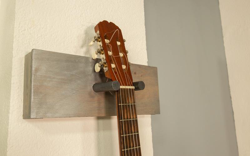 Primer plano del soporte de guitarra para la pared