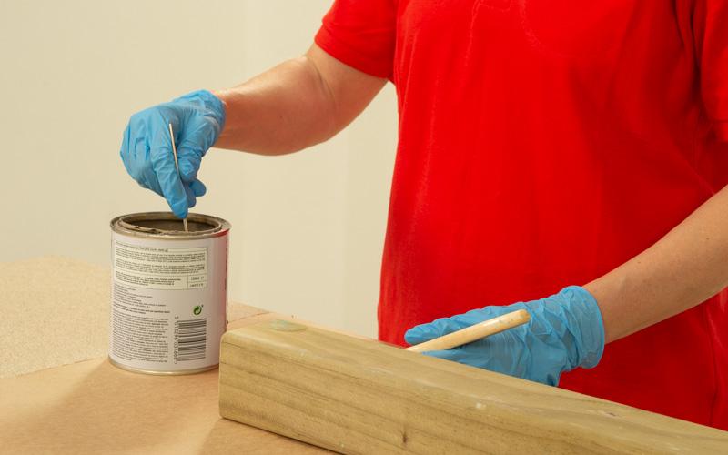 Aplica la pintura o barniz en la viga de madera