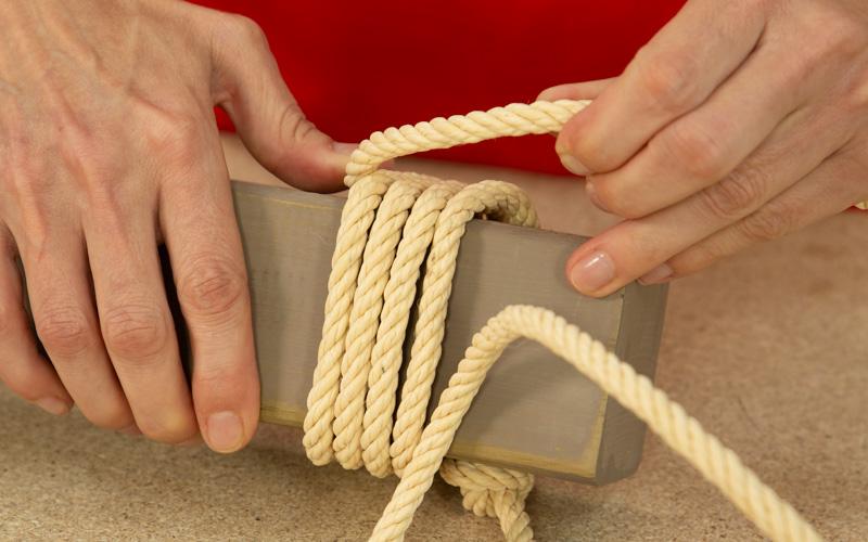 Coloca la cuerda en la viga de madera