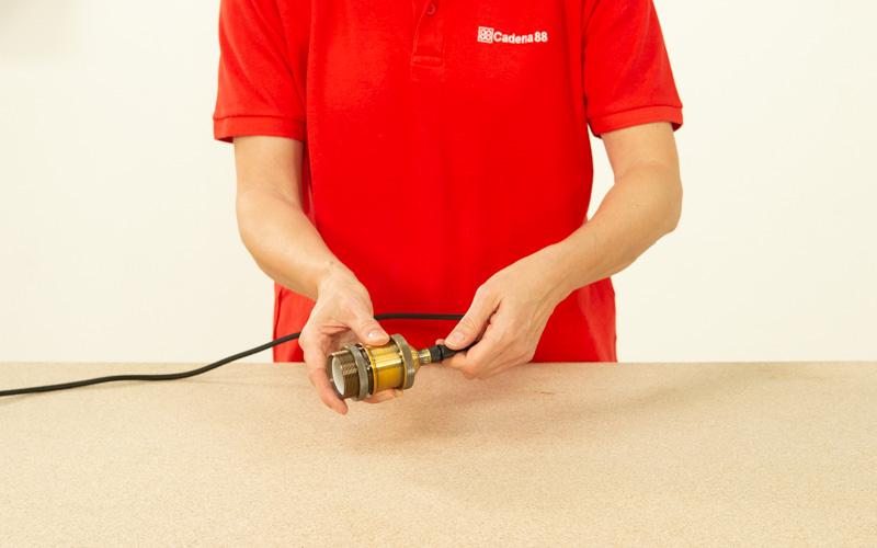 Conecta los cables al casquillo