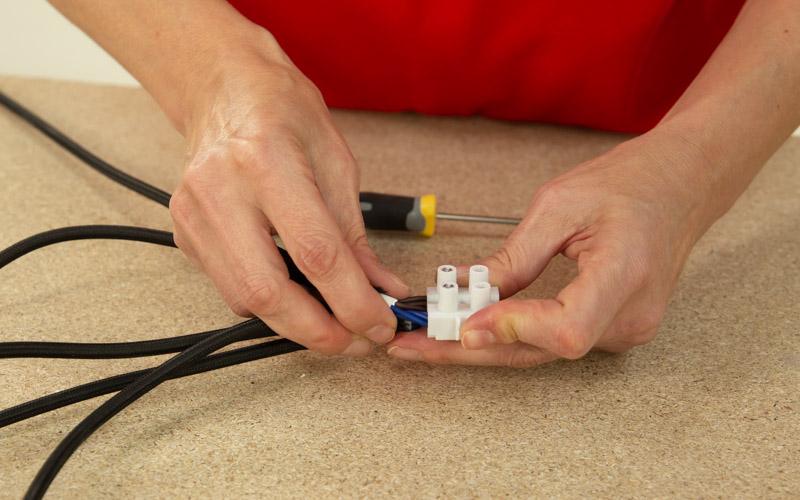 Conecta los cables a una clema