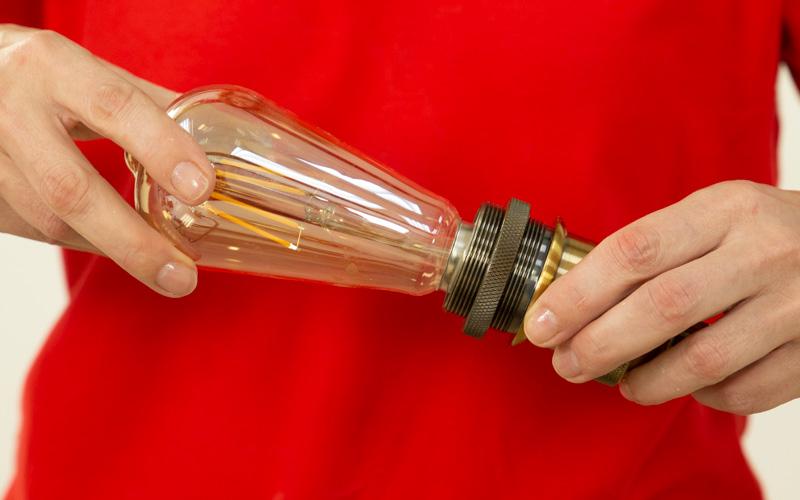 Enrosca las bombillas en cada uno de los cables