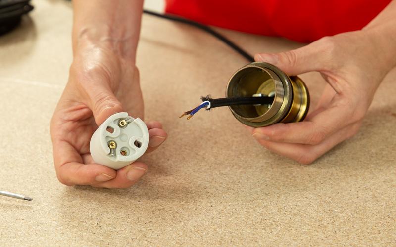 Monta el sistema eléctrico de la lámpara de techo