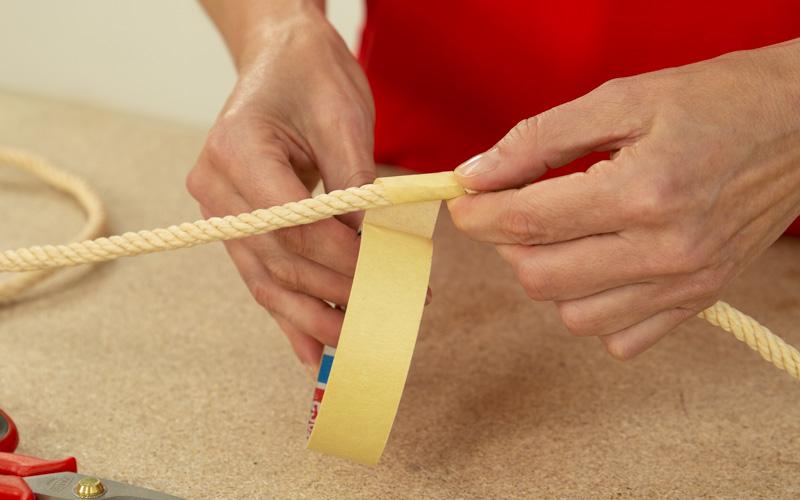 Pon cinta de carrocero en los extremos de la cuerda