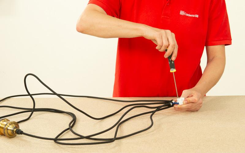Une los cables a la clema