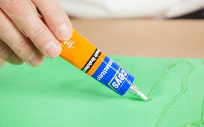 Aplica pegamento de contacto en la goma eva