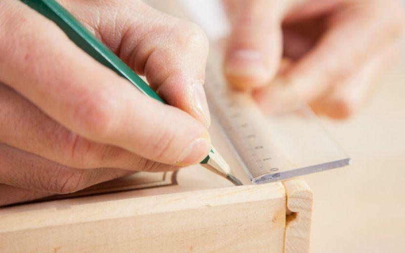 Marca donde harás los agujeros en la madera