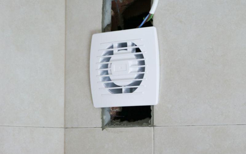 Coloca el extractor en el hueco de la pared