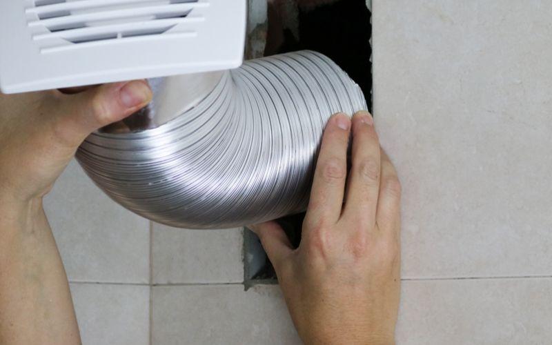 Coloca el tubo de aluminio en el hueco