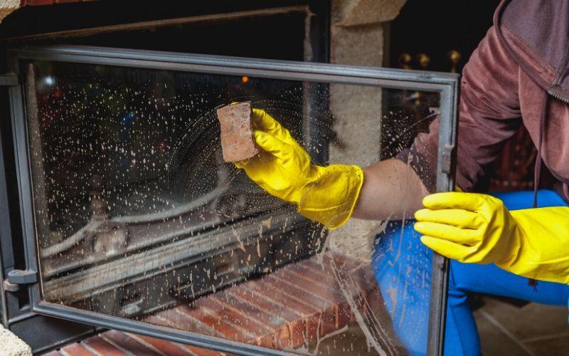 Utiliza una cepillo con agua para limpiar la chimenea